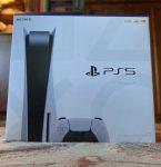 Foto toont dat de PS5 doos aanzienlijk groter is dan die van de PS4